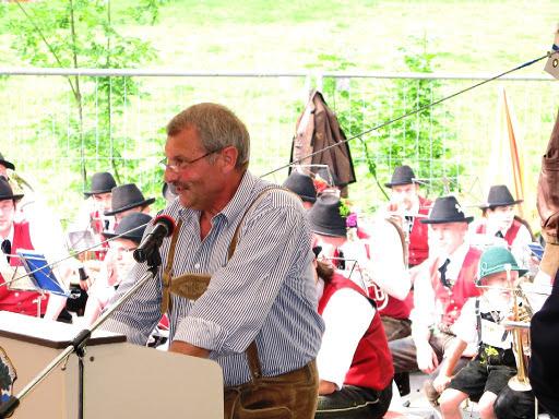 Bürgermeister Ellmerer bei der Feuerwehrhauseinweihung in Mühlbach
